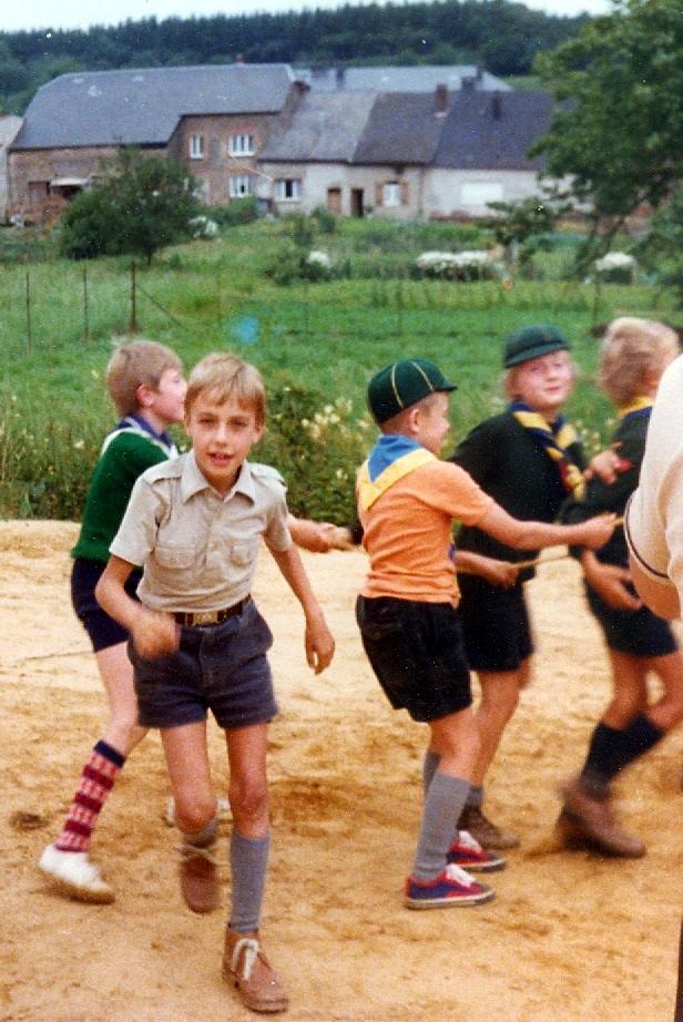 De gauche à droite, Thierry Mertens avec de belles chaussettes, moi, venant vers le photographe (probablement mon papa) en polo beige. Avec le t-shirt orange, Luc Daubry et devant lui, Jean-Claude Stevens.