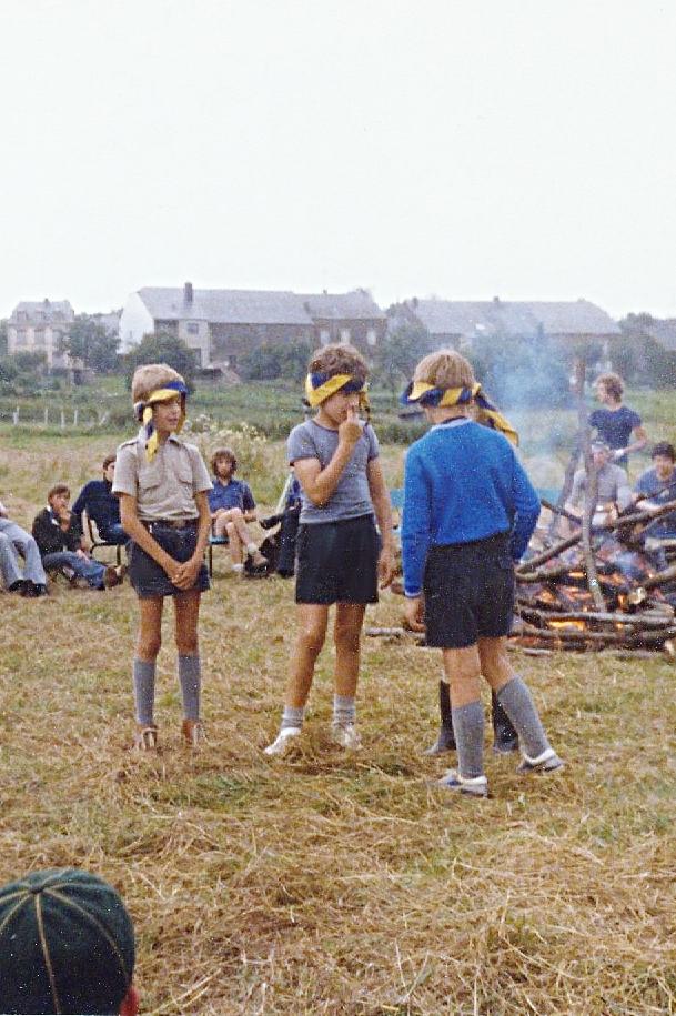 Photo intéressante... J'ai toujours mon beau polo beige et à côté de moi, Bernard Deneubourg semble hésitant. A notre au fond, assis, entre Bernard et moi, probablement Jan Suenaert. Et debout, derrière la perche centrale du feu, en t-shirt bleu, peut-être Michel Quinet (Chil). Enfin, derrière moi, assis la main au menton: ne serait-ce pas Philippe Deneys?