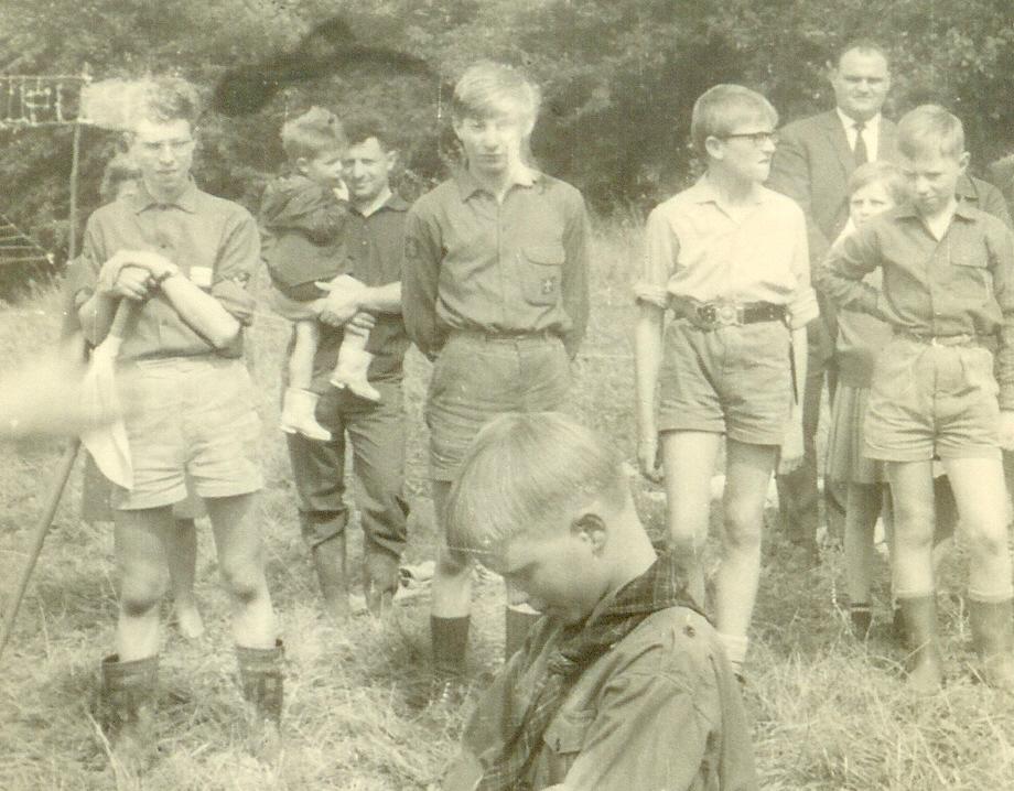 Fig. 1. Août 1966. Grand camp de Malonne. Une partie de la patrouille des Panthères. De gauche à droite: Faon (CP), Okapi, Goéland et Fennec. Au premier plan, faisant sa promesse à genoux: Bruno de la troupe de Hal. À l'arrière-plan, entre Faon et Okapi: le père de Faon portant son fils Yves dans les bras. Entre Goéland et Fennec: le père de Chamois.