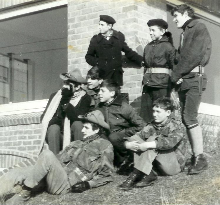 Fig. 4. Février 1968. Hike de Saint-Idesbald. La patrouille des Sangliers. Debout, de gauche à droite: un scout de passage, Écureuil et Puma. Accroupis ou assis, de gauche à droite: Roberto, Lynx, Étalon et Chamois. Presque couché: Fauvette (CP).