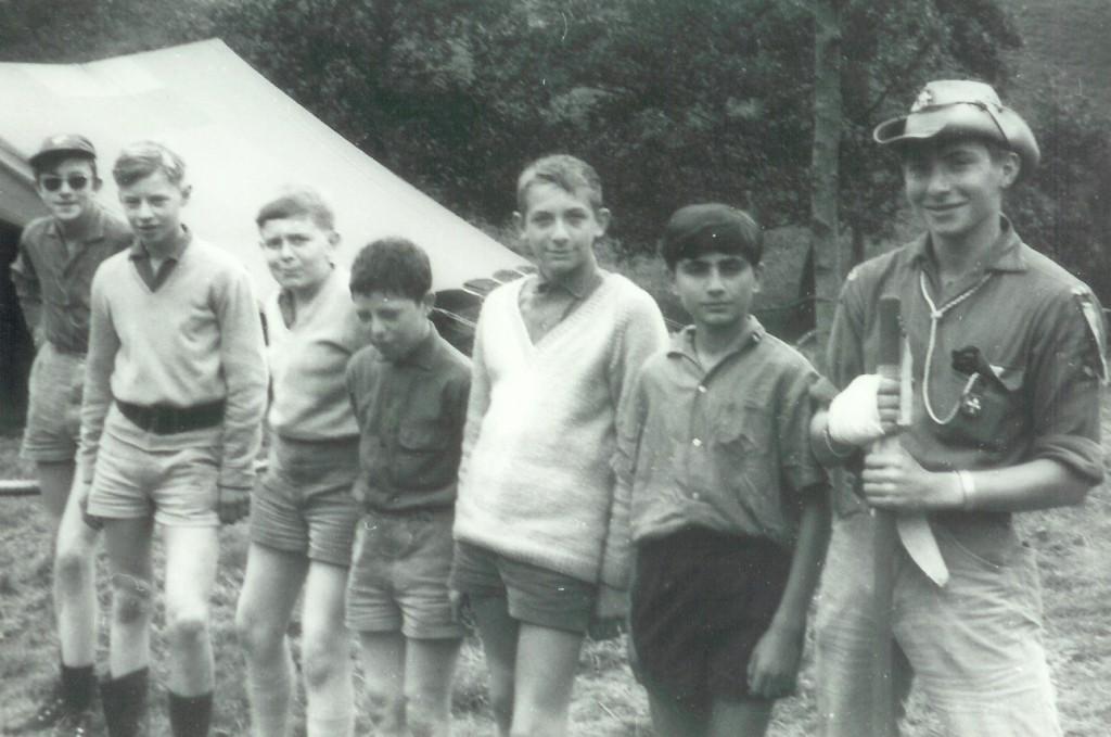 Fig. 2. Août 1968. Grand camp de Brûly-de-Pesche. La patrouille des Panthères. De gauche à droite: Goéland, Fennec, Castor, Aiglon, Héron, Marcello et Okapi (CP).