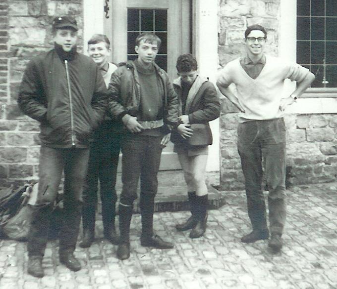 Fig. 11. Août 1969. Camp carto. De gauche à droite: Blaireau, Castor, Écureuil, Aiglon et Faon. Koala prend la photo.