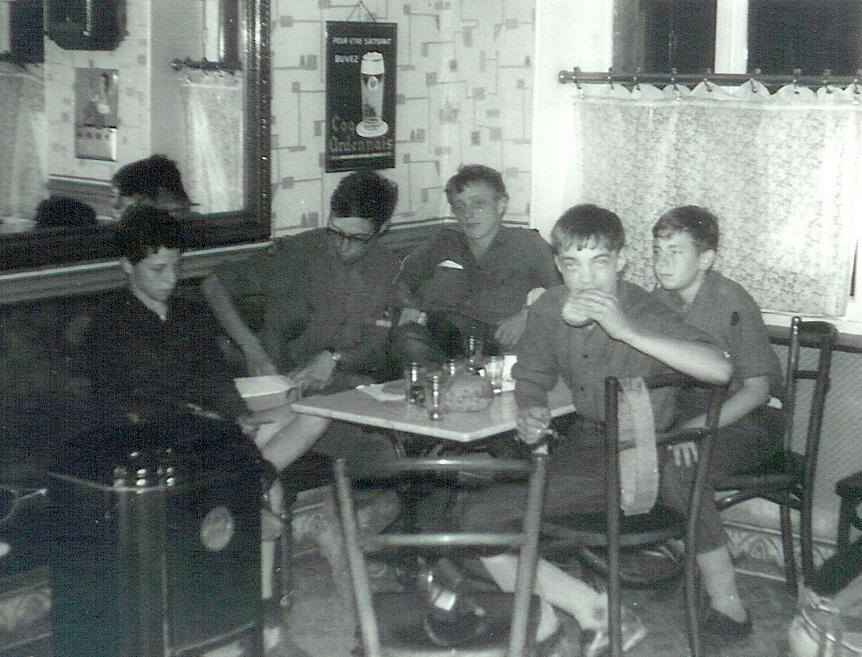 Fig. 12. Août 1969. Camp carto. Repas dans un bistrot. De gauche à droite: Aiglon, Faon, Blaireau, Écureuil et Castor. Koala prend la photo.