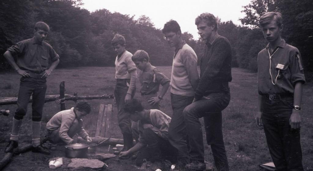 Fig. 13. Août 1969. Camp carto. Le Mesnil. Visite de Fennec et Marcassin. Debout, de gauche à droite: Écureuil, Castor, Marcassin, Koala, Blaireau et Fennec. Accroupis, de gauche à droite: Aiglon et Faon.