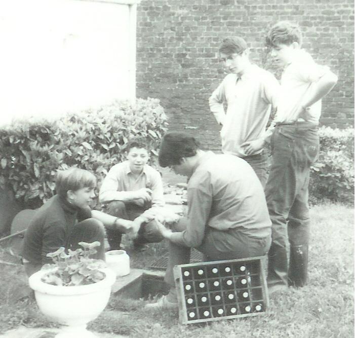 Fig. 14. Mai 1970. Tubize-Bruyère. Jardin de la grand-mère de Faon, après avoir repeint le bateau de Maurice. Accroupis, de gauche à droite: Marcassin, Aiglon et Koala. Debout, de gauche à droite: Okapi et Castor.