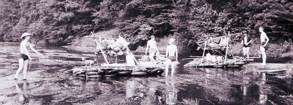 Fig. 15. Août 1970. Grand camp de la Semois. Chiny, mise à l'eau des deux radeaux. De gauche à droite, Okapi, Toby (mascotte), Castor, Aiglon, Écureuil et Goéland. Faon, Lynx et Marcassin vont bientôt les rejoindre. Fennec prend la photo.