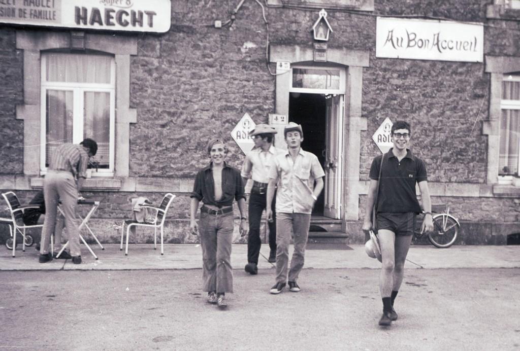Fig. 17. Août 1970. Grand camp de la Semois. Sainte-Cécile, sortie d'une pension de famille. De gauche à droite: Marcassin, Lynx, Okapi et Faon. Goéland, Castor, Aiglon et Écureuil sont restés au camp. Fennec prend la photo.