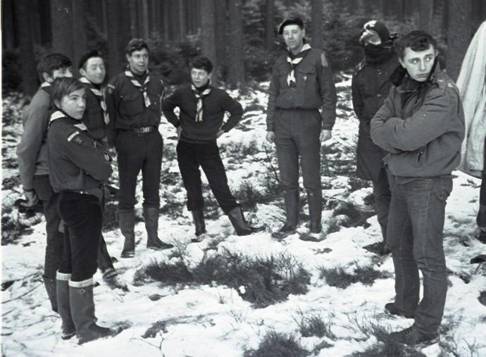 Fig. 18. Décembre 1970. Camp des Hautes Fagnes. La Vecquée, investiture de Faon et Okapi. De gauche à droite en suivant le cercle: Marcassin, Castor, Okapi, Faon, Aiglon, Griffon (CU), Jean-Maurice et Panda. Fennec prend la photo.
