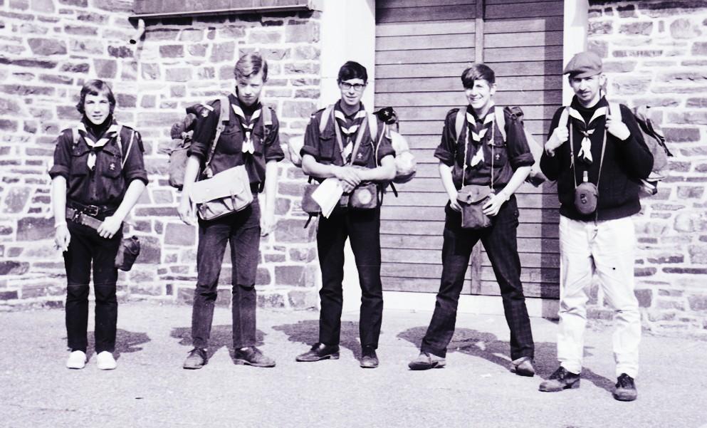 Fig. 19. Avril 1971. Camp itinérant Leffe-Orval. Jéhonville, devant l'église. De gauche à droite: Marcassin, Fennec, Faon, Castor et Jean-Maurice.