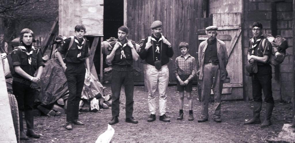 Fig. 20. Avril 1971. Camp itinérant Leffe-Orval. Sainte-Cécile, à l'entrée de la ferme. De gauche à droite: Marcassin, Castor, Okapi, Jean-Maurice, le fils des fermiers, le père de la fermière et Faon. Fennec prend la photo.