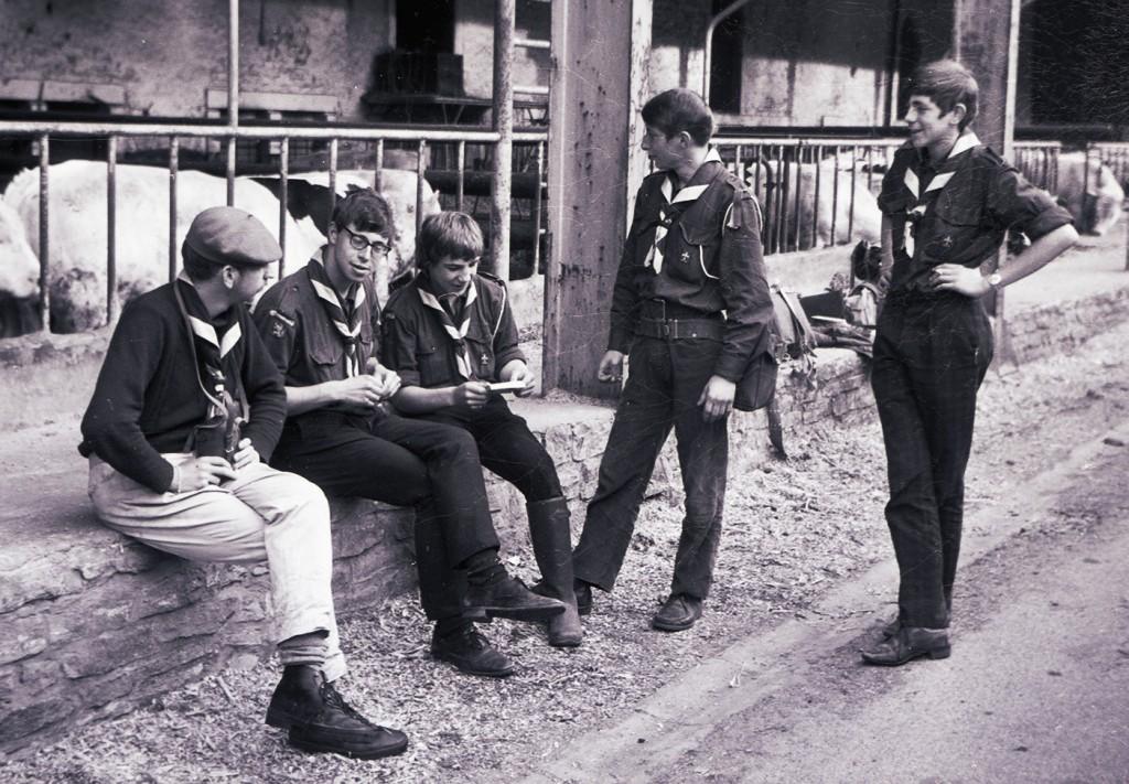 Fig. 21. Avril 1971. Camp itinérant Leffe-Orval. Abbaye d'Orval, dans la clôture des moines, devant l'étable des taureaux. De gauche à droite: Jean-Maurice, Faon, Marcassin, Okapi et Castor. Fennec prend la photo.