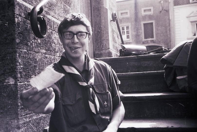 Fig. 22. Avril 1971. Camp itinérant Leffe-Orval. Saint-Vincent, devant l'église. Faon tend un papier à Fennec qui prend la photo.