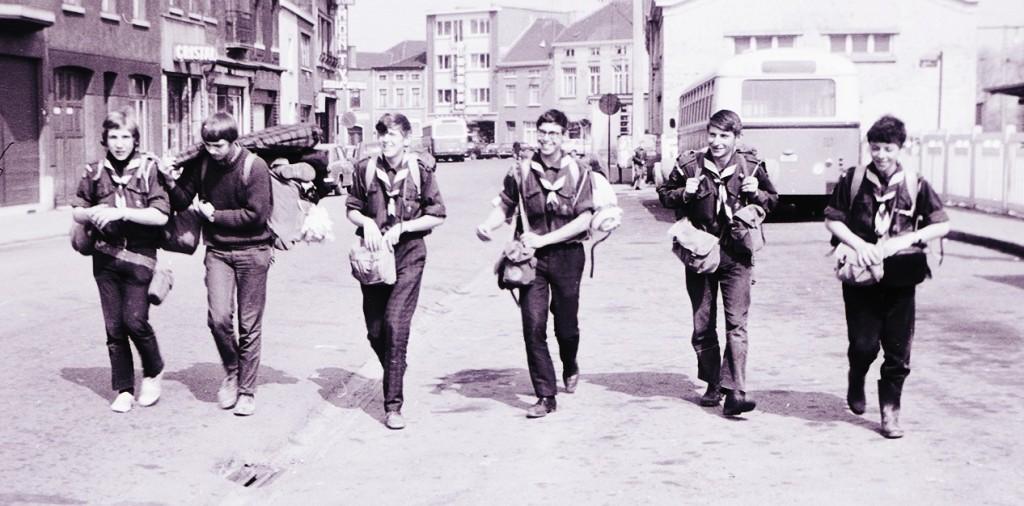 Fig. 23. Avril 1971. Camp itinérant Leffe-Orval. Gare de Tubize. De gauche à droite: Marcassin, Écureuil, Castor, Faon, Okapi et Aiglon. Écureuil et Aiglon rentraient d'une activité avec des enfants de Bousval. Fennec prend la photo.