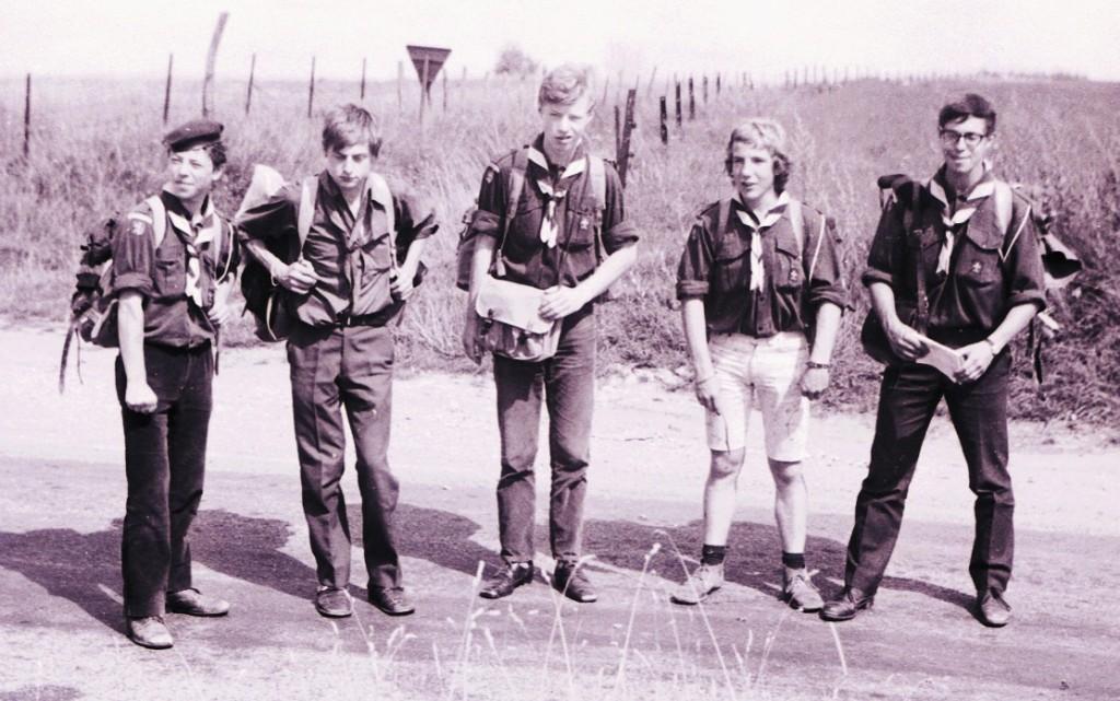 Fig. 24. Août 1971. Camp itinérant Fraipont-Orval. Izel, dans la campagne. De gauche à droite: Aiglon, Jacques, Fennec, Marcassin et Faon.
