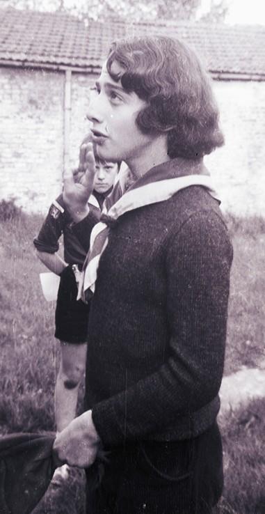 Fig. 1. Avril 1972. Le jardin de la cure de Saintes. Promesse d'Élan, CP des Aigles. En arrière-plan: Marcassin.