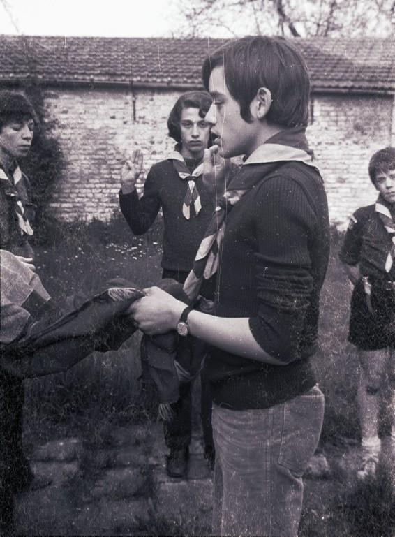 Fig. 2. Avril 1972. Le jardin de la cure de Saintes. Promesse de Chat, CP des Renards. En arrière-plan, de gauche à droite: Aiglon, Élan et Marcassin