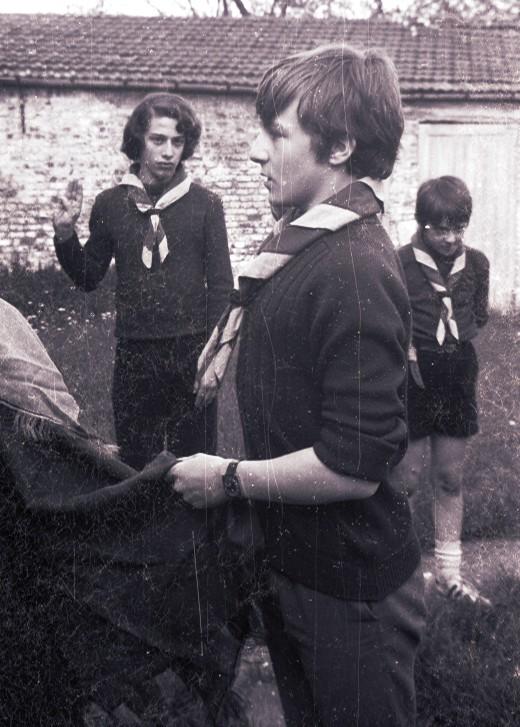 Fig. 4. Avril 1972. Le jardin de la cure de Saintes. Promesse de Poulain, second des Renards. En arrière-plan, de gauche à droite: Élan et Marcassin.