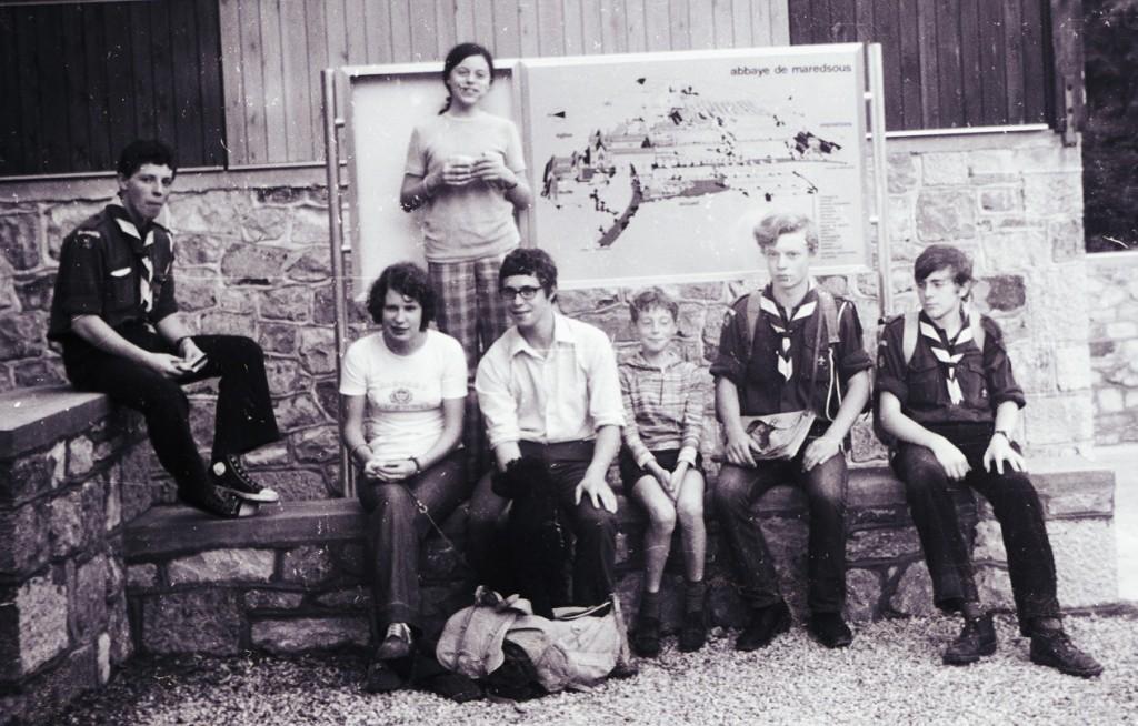 Fig. 25. Juillet 1972. Camp itinérant Dion-Tubize. Abbaye de Maredsous, la Clairière. De gauche à droite: Aiglon, Jacqueline, Anne, Faon, Yves, Fennec et Castor. Faon assis au pied de sa sœur se trouve entre sa cousine et son plus jeune frère.