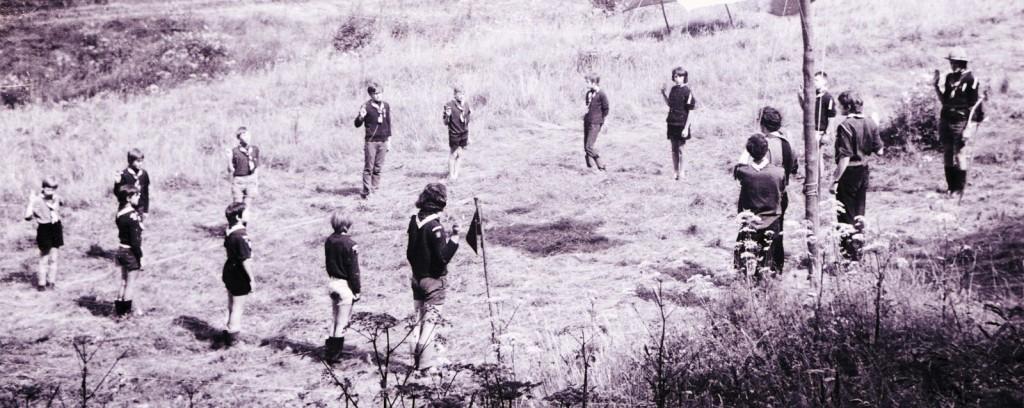 Fig. 1. Août 1972. Grand camp de Vencimont. Rassemblement. En commençant au premier plan au centre et en suivant le carré dans le sens des aiguilles d'une montre: Élan (CP des Aigles), Jaguar, Marcassin, Cobra, Wapiti, Daim, Raton, Poulain, Brocard, Lionceau, Fauvette, Koala, Chat (CP des Renards), Castor (AT), Faon (CT) et Aiglon (AT). Furet et Hamster sont absents. Fennec (AT) prend la photo.