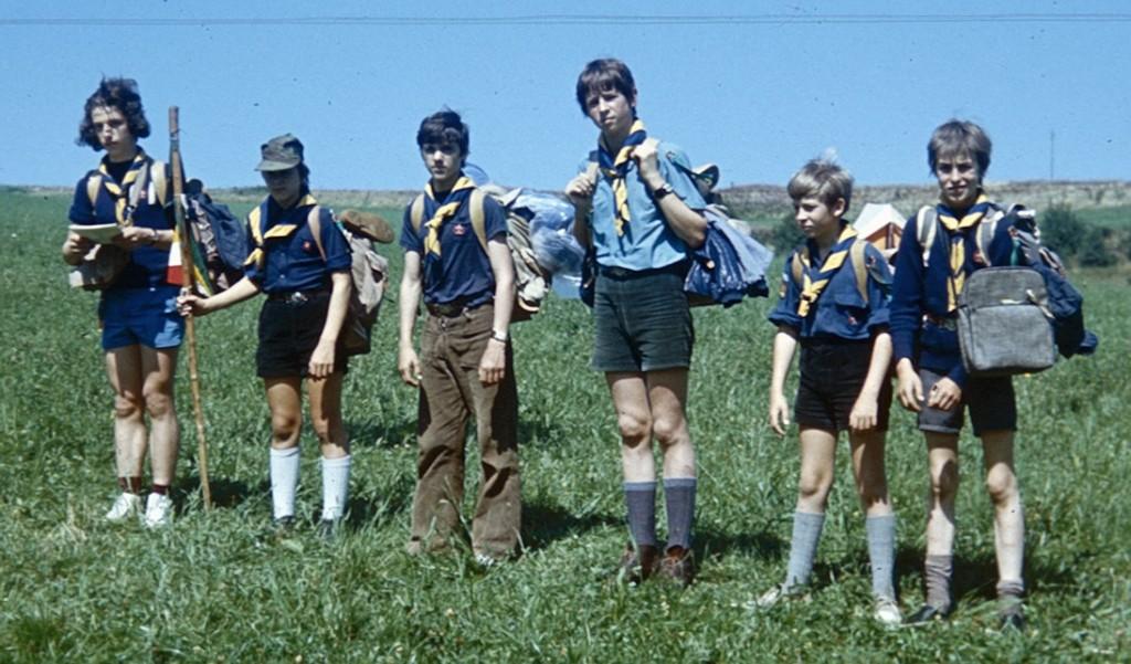 Fig. 2. Août 1973. Grand camp de Rochehaut. La patrouille des Aigles. De gauche à droite : Élan (CP), Marcassin, Cobra, Lama, Wapiti et Daim.