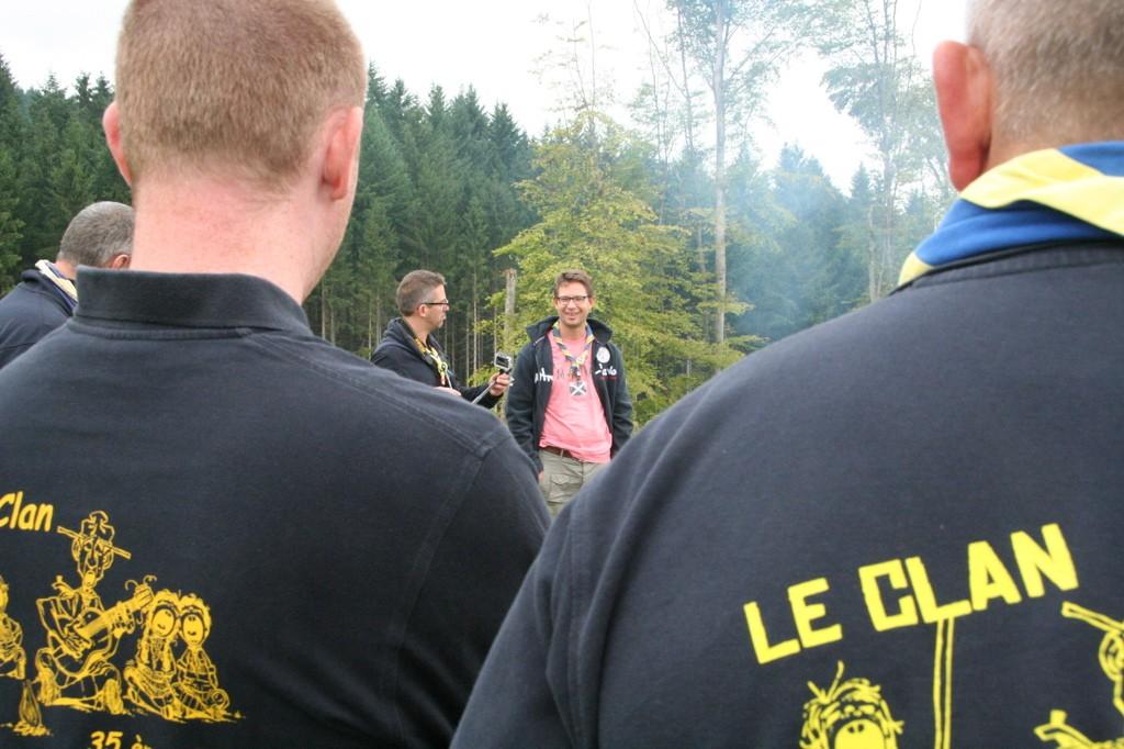 De dos: Mouche... Tenant la caméra, Chat filme Antilope lors du rassemblement de briefing.